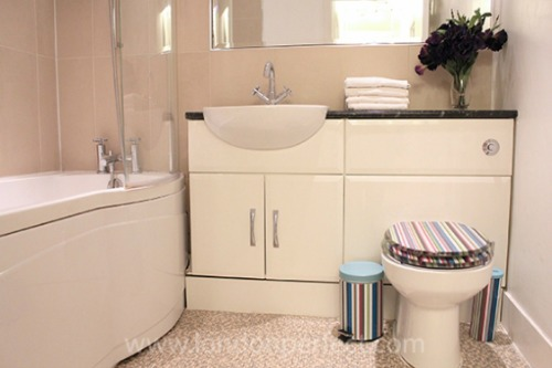 Two Bedroom Vacation Rental in Notting HIll Bathroom