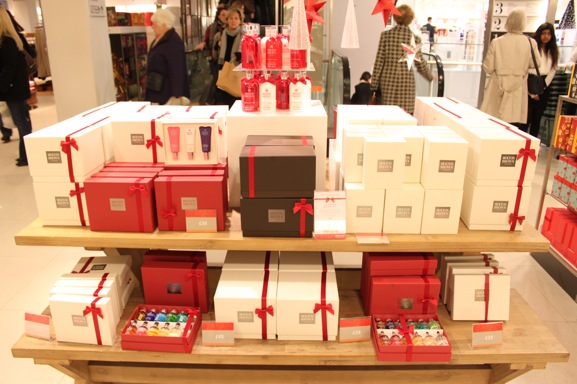 45-molton-and-brown-christmas-display-peter-jones-london