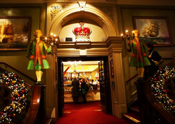 5.3 s footmen fortnums entrance