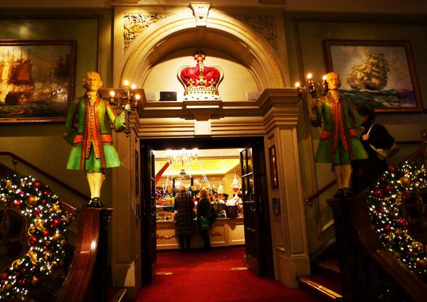 5.3 s footmen fortnums entrance