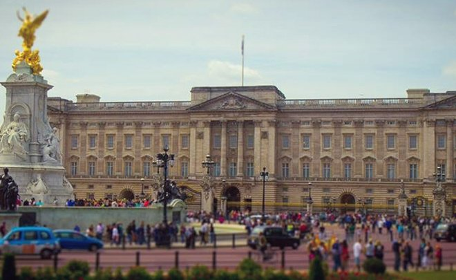 Crowds gathering in front of Buckingham palace to watch the ceremony. Image provided by Fat Tire Bike Tours.