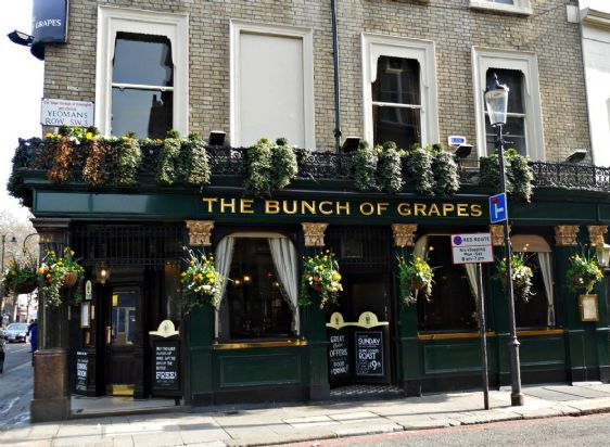 Stop in one of the charming London pubs in Knightsbridge