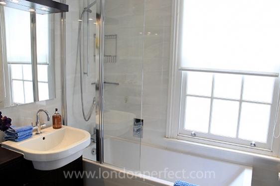 Sunny en suite bathroom in London vacation home