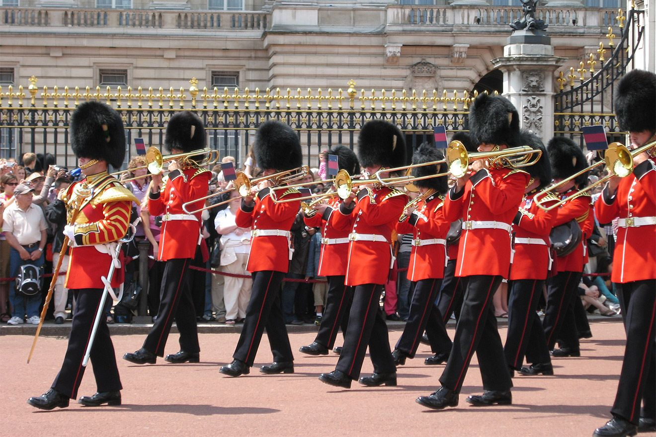 Watch the changing of the guards in front of Buckingham Pala