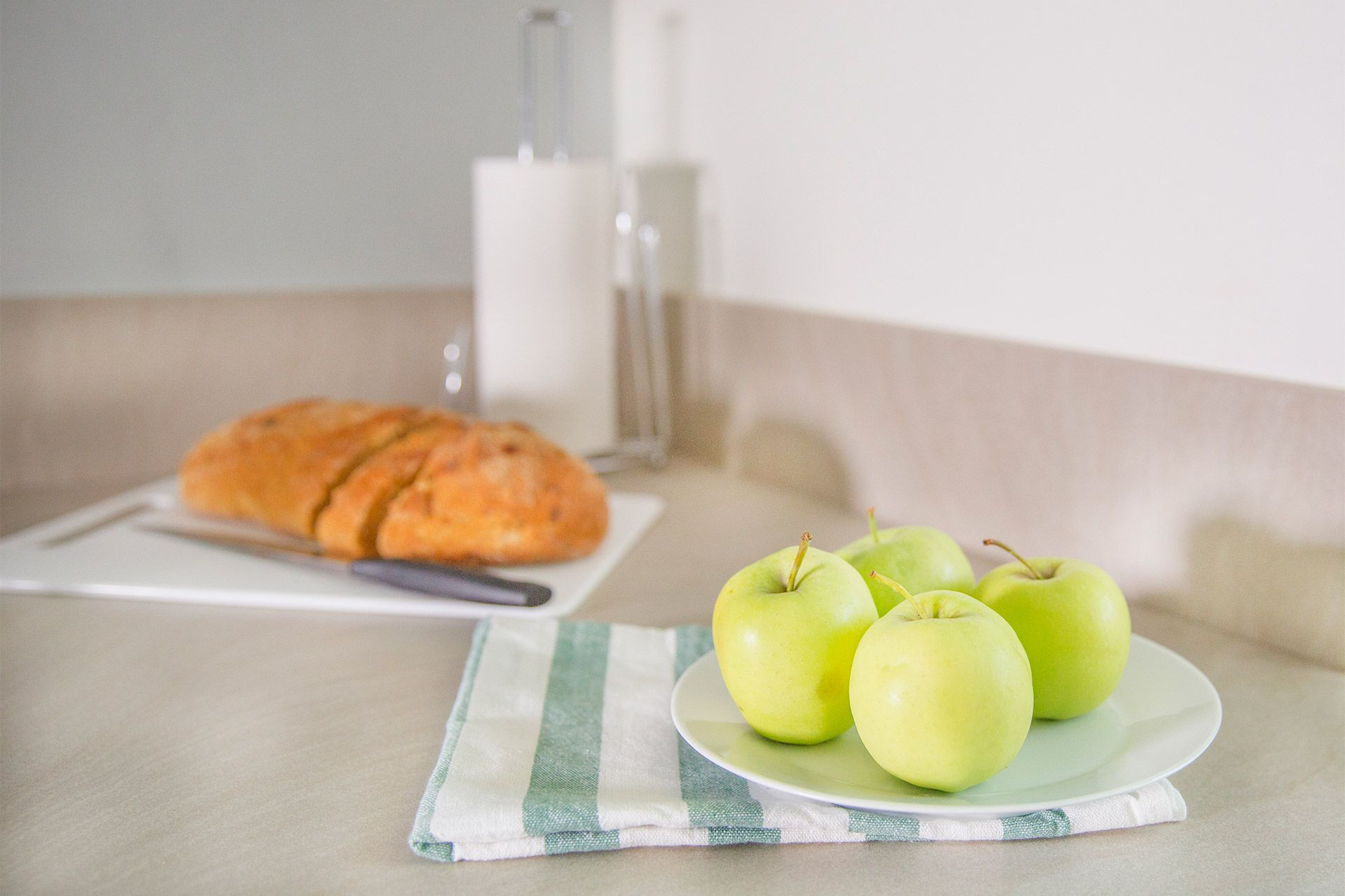 Apples and bread in kitchen of the Gordon vacation rental offered by London Perfect