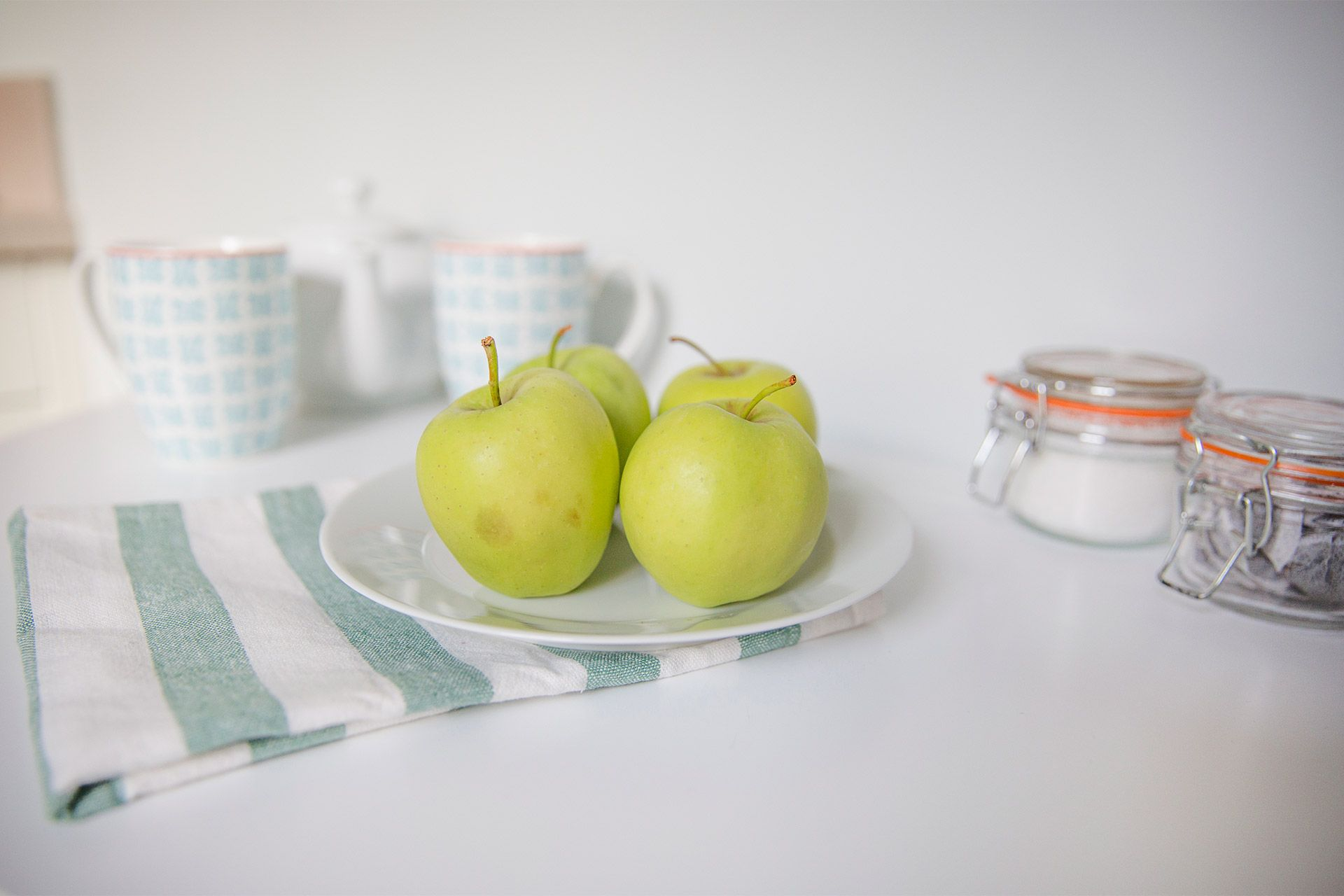 Apples on plate in kitchen of the Gordon vacation rental offered by London Perfect
