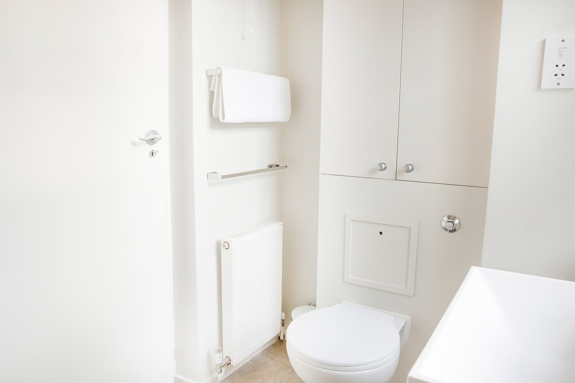 Toilet, towel rack and radiator in the Gordon vacation rental offered by London Perfect