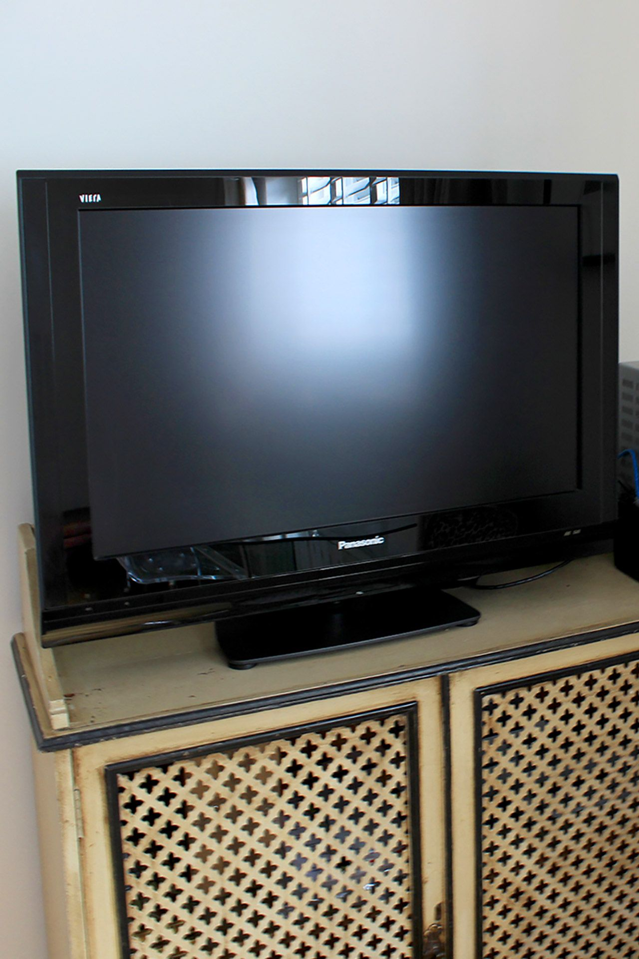 Flat screen TV in the living room of the Russell vacation rental offered by London Perfect