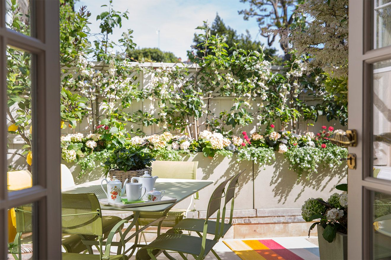 Outdoor dining on patio of the Victoria rental offered by London Perfect