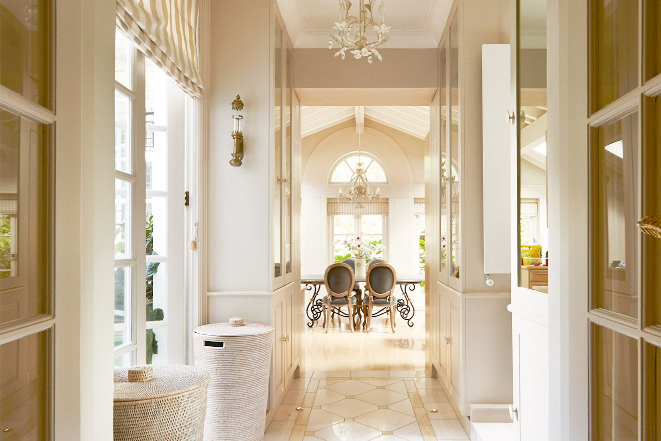 Hallway leading to the dining area of the Victoria rental offered by London Perfect