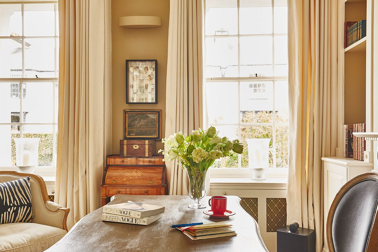 Elegant desk in the living room of the Victoria rental offered by London Perfect