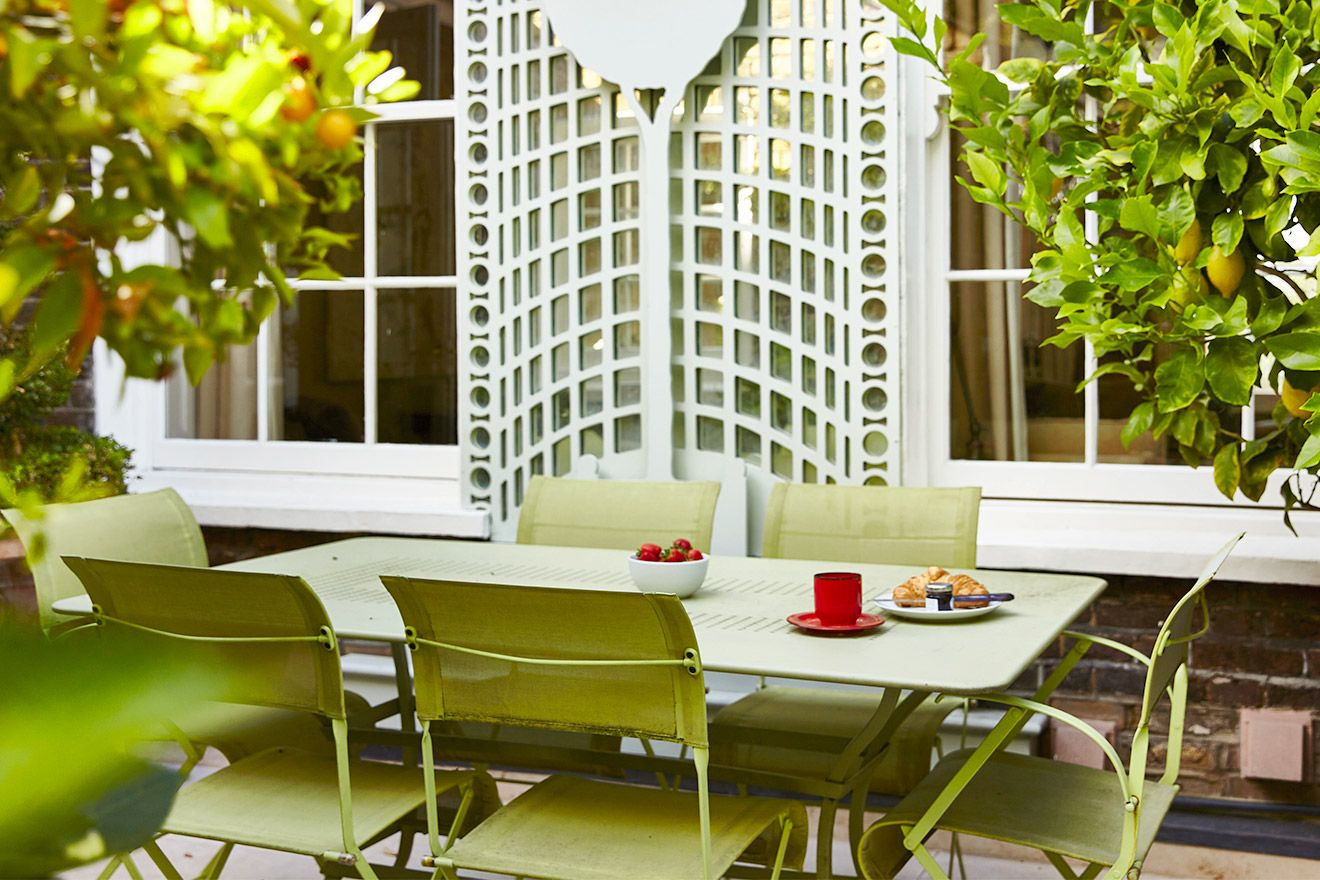 Stunning outdoor dining space in the Victoria vacation rental offered by London Perfect