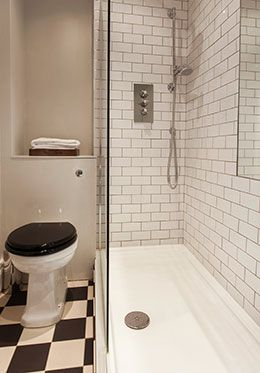 En suite bathroom with shower, sink and toilet of the Austen vacation rental offered by London Perfect