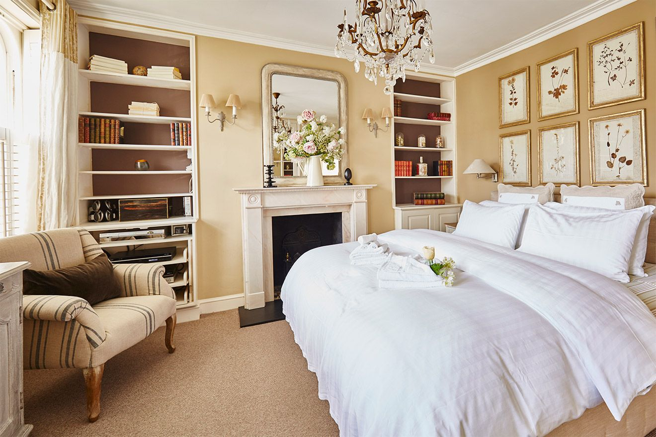 Sumptuous first bedroom of the Victoria rental offered by London Perfect