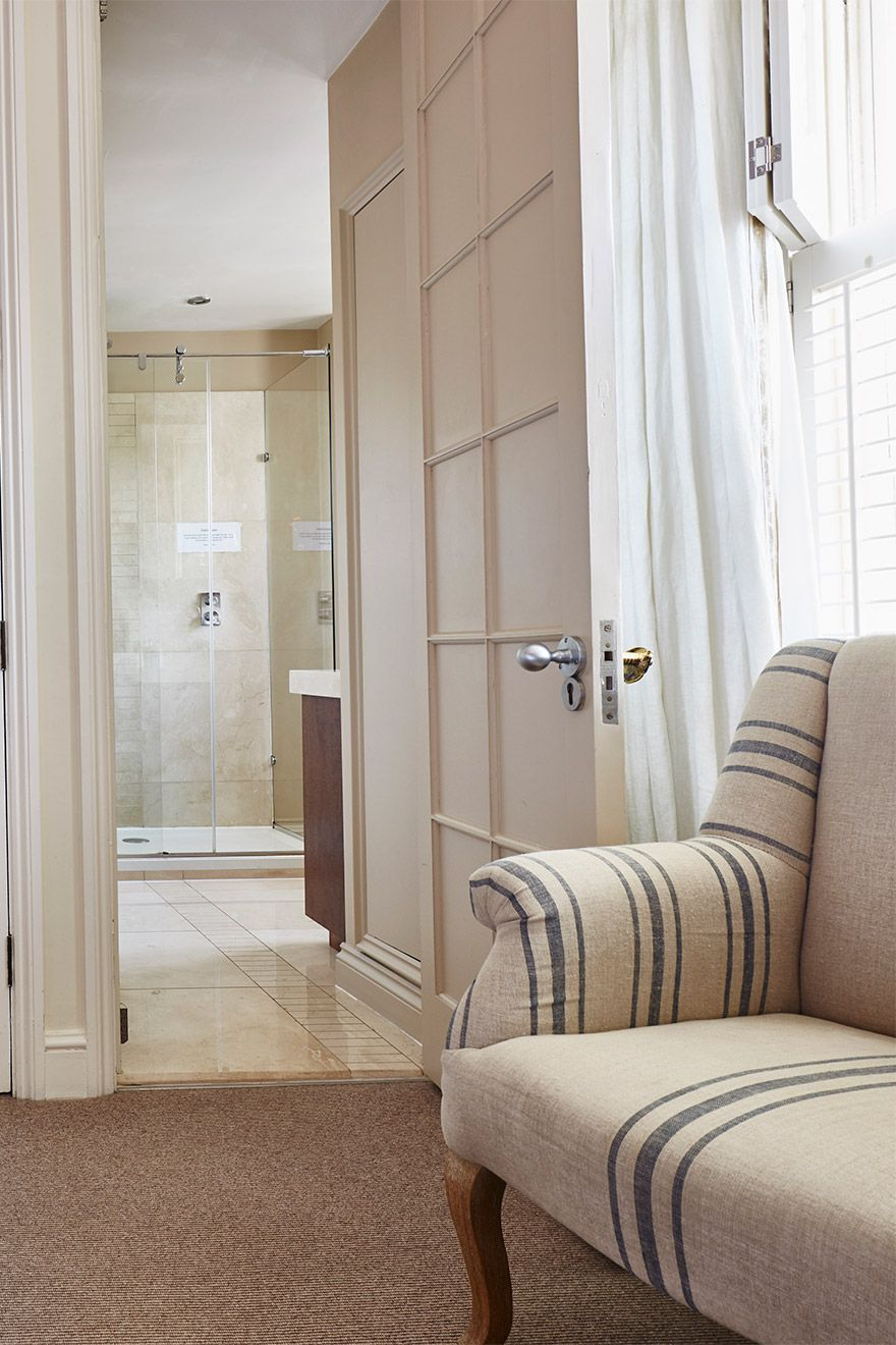 Door to the en suite bathroom in the Victoria vacation rental offered by London Perfect