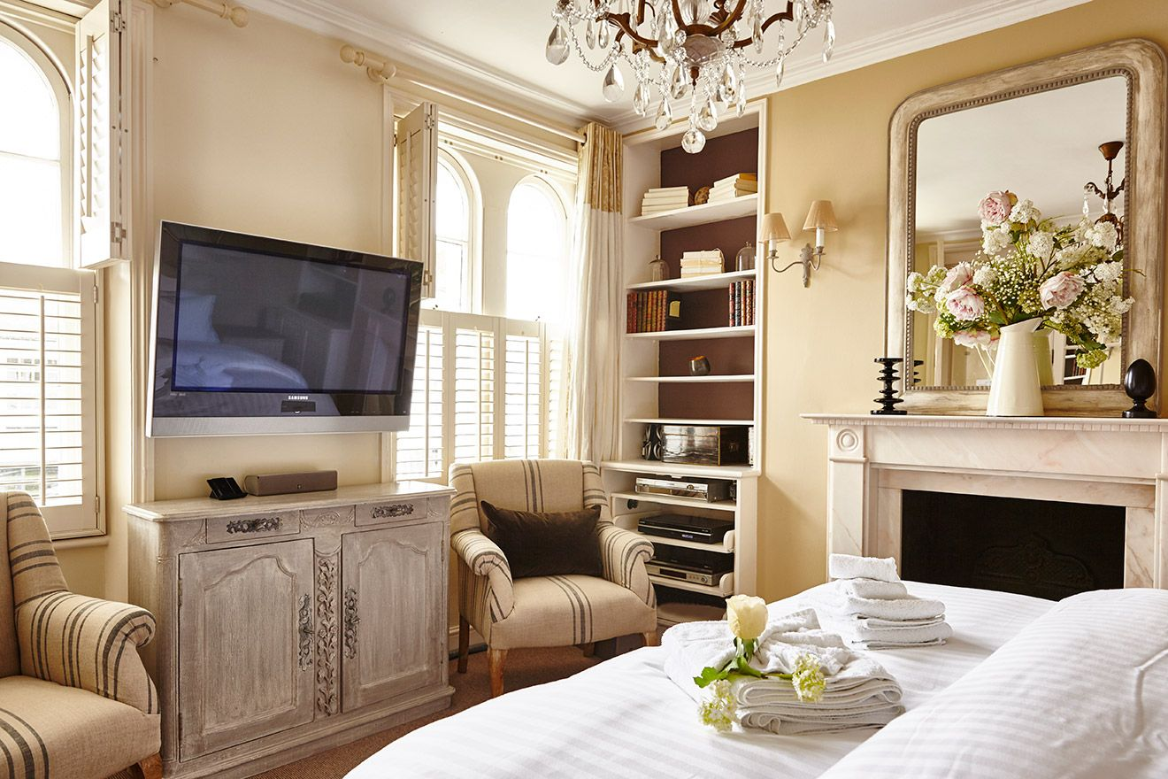 View towards the TV and bookcases in the Victoria vacation rental offered by London Perfect