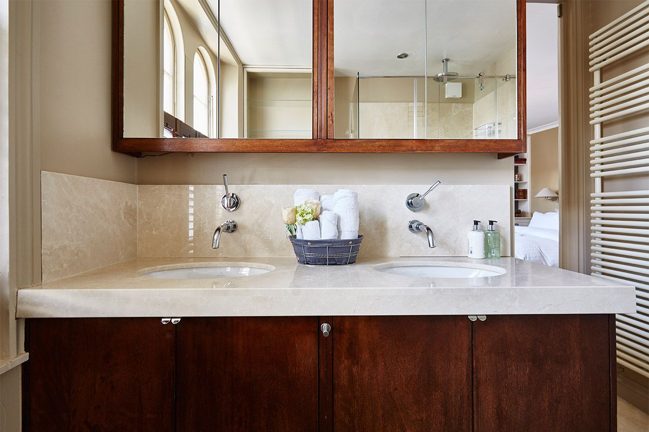 Dual sinks in the first en suite bathroom of the Victoria rental offered by London Perfect