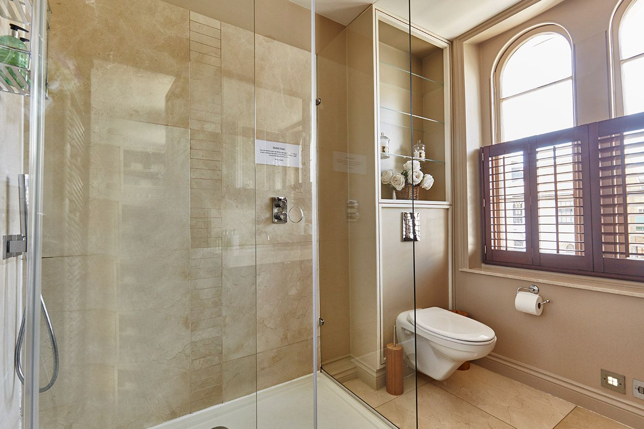 Walk in shower and toilet in the Victoria vacation rental offered by London Perfect