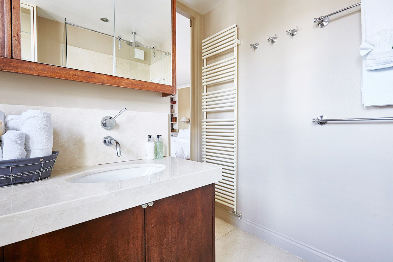 En suite bathroom to the first bedroom of the Victoria rental offered by London Perfect