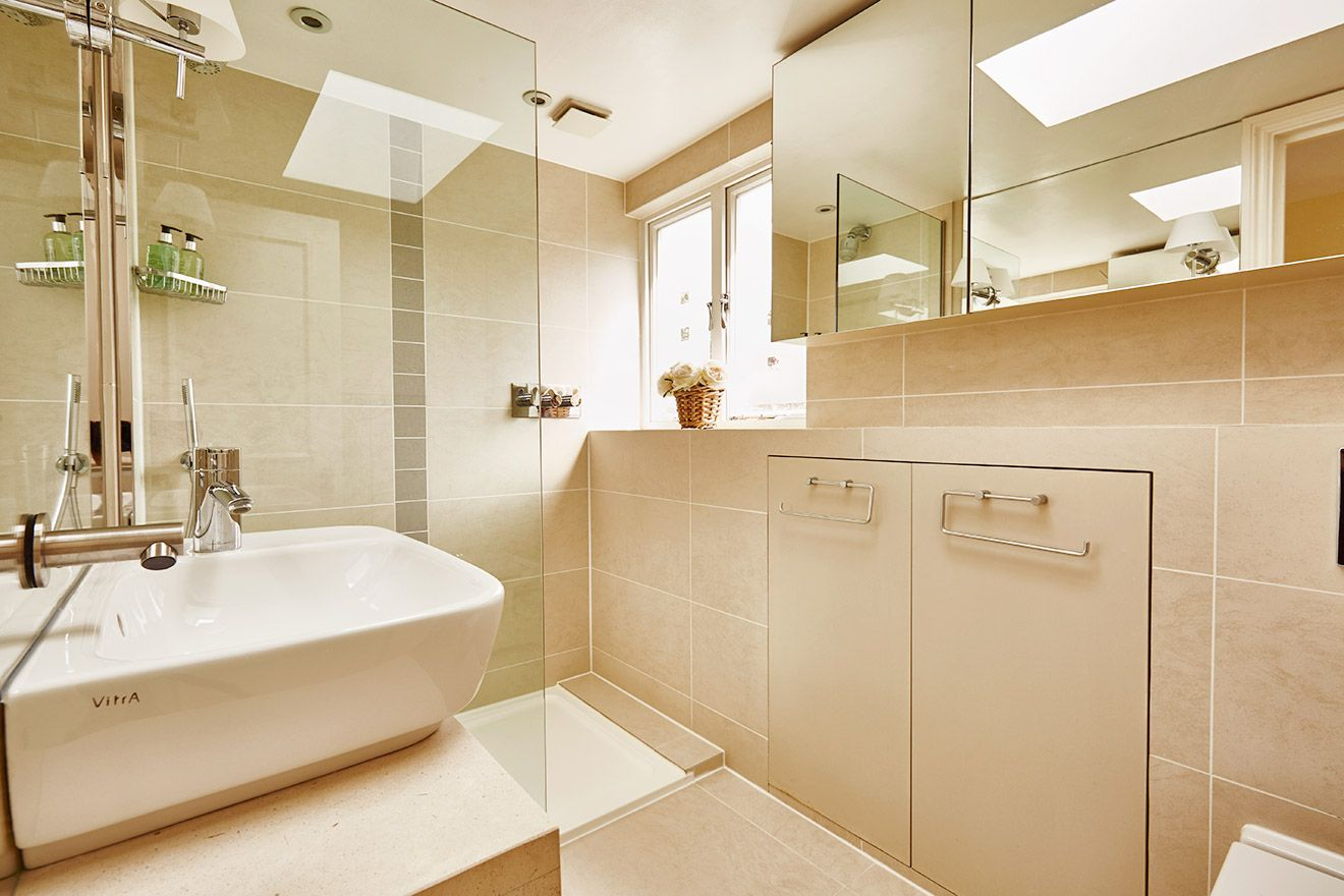 Second level bathroom 3 with shower in the Victoria vacation rental offered by London Perfect