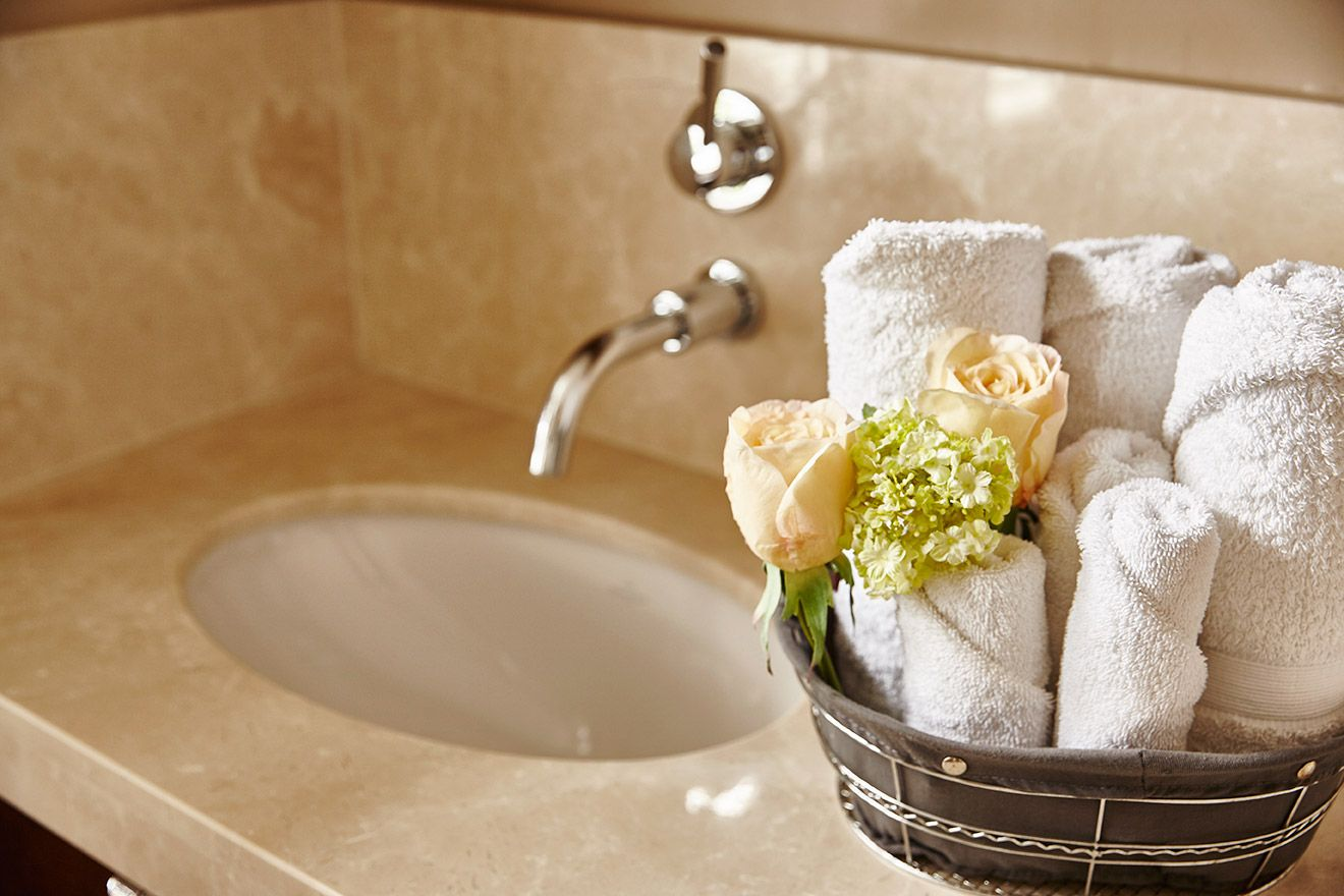 Fresh towels in the en suite bathroom of the Victoria rental offered by London Perfect