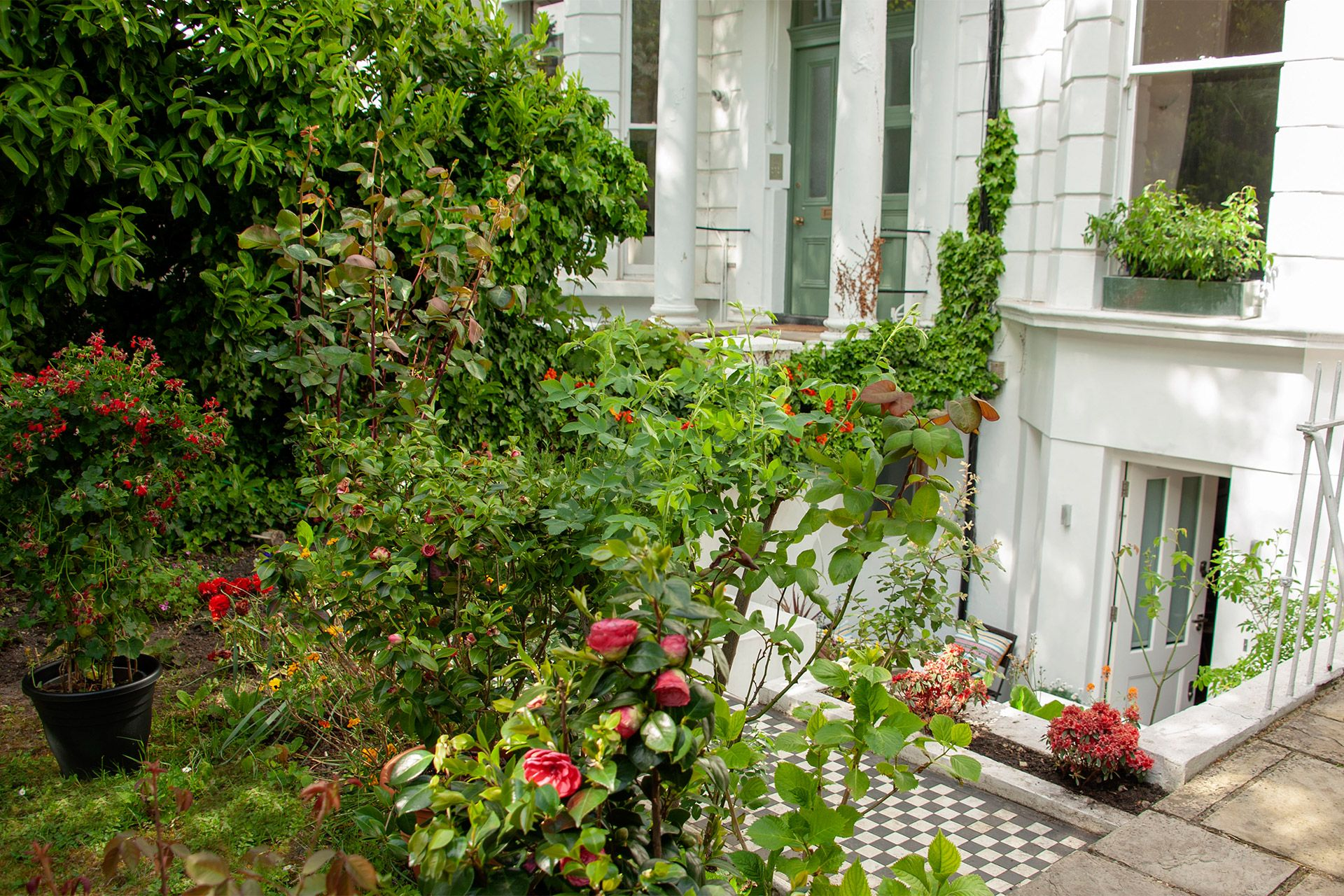 Front garden of the Gladstone vacation rental offered by London Perfect