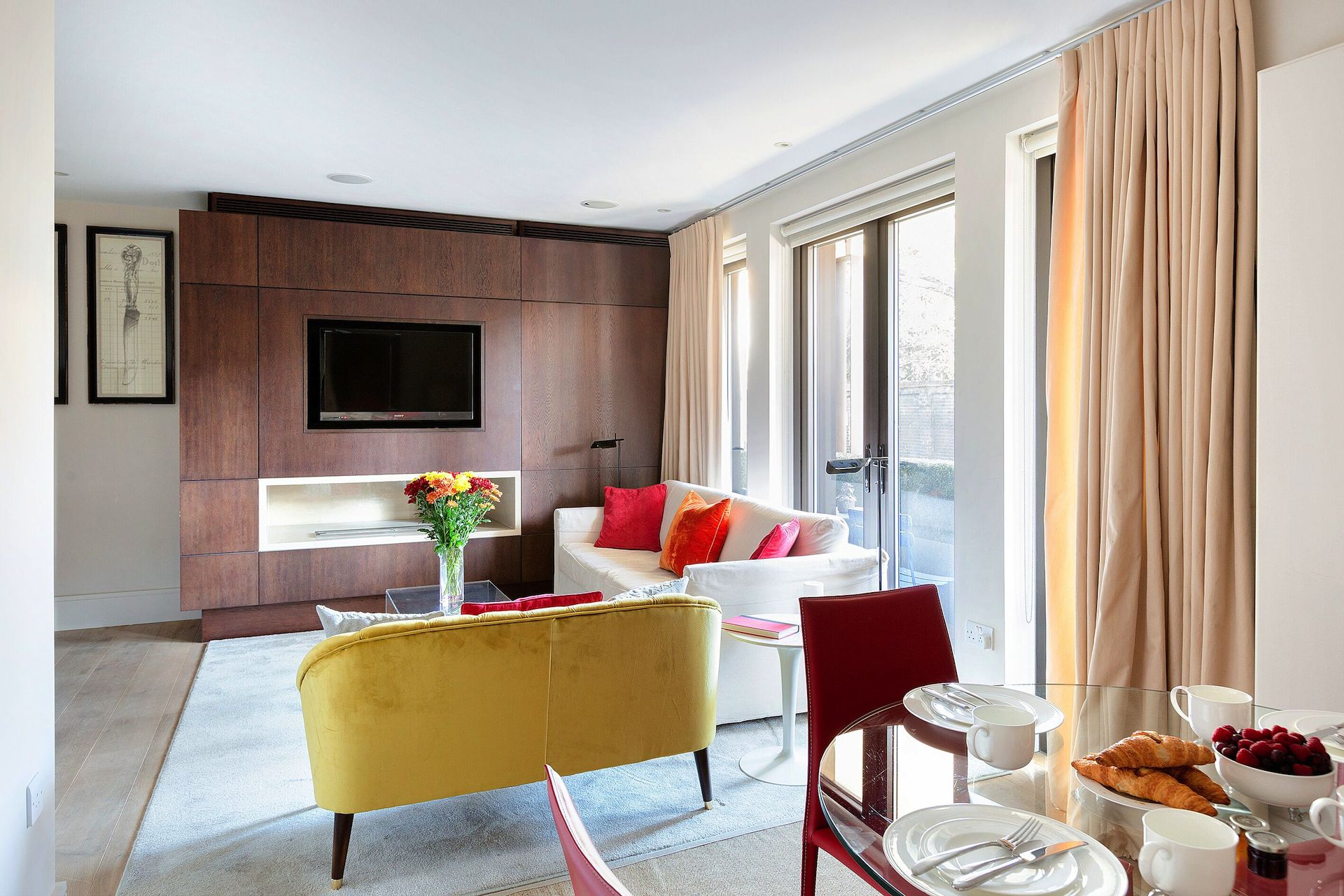 Open plan living and dining area of the Pelham vacation rental offered by London Perfect