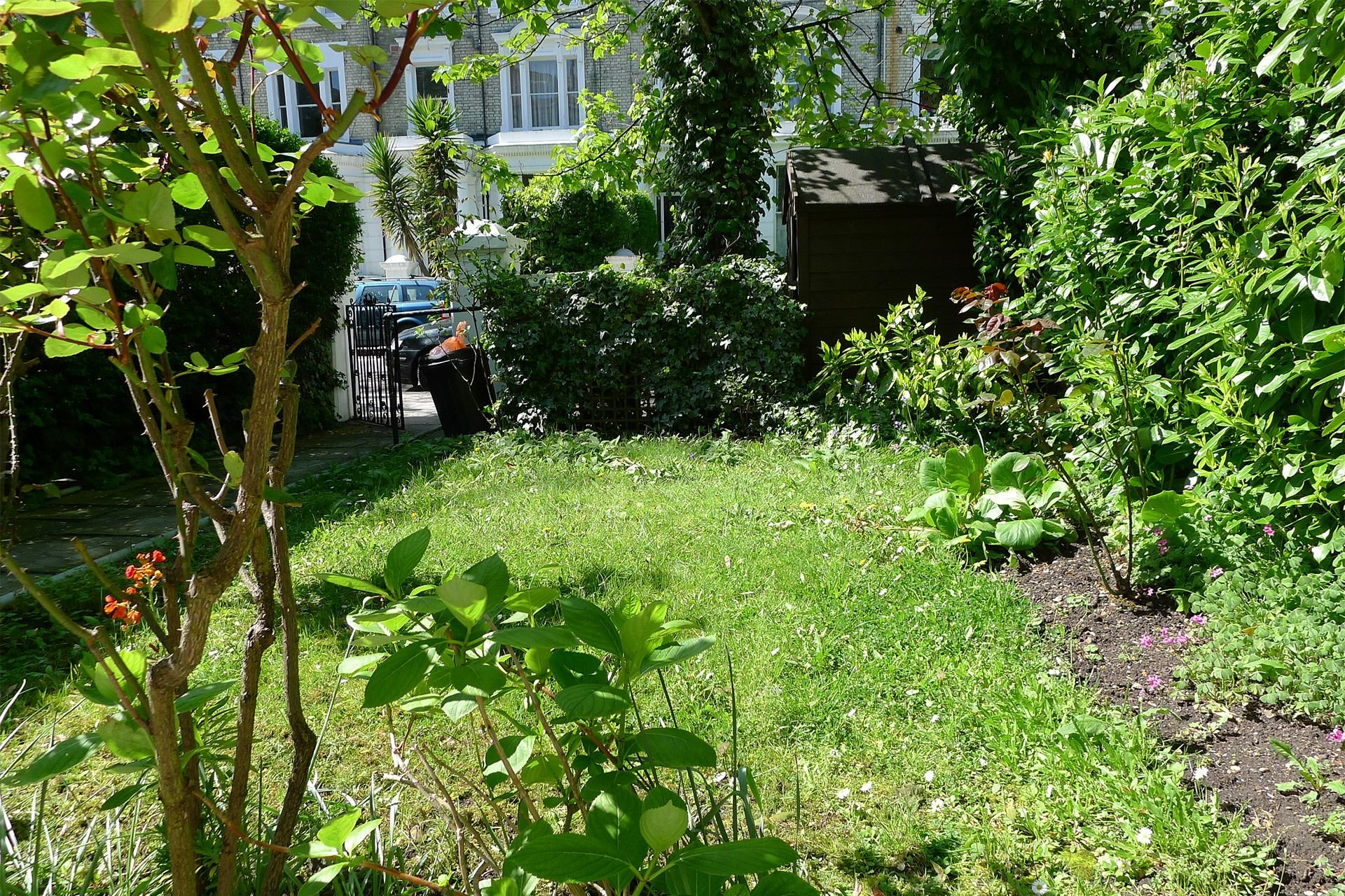 Luscious front garden of the Gladstone vacation rental offered by London Perfect