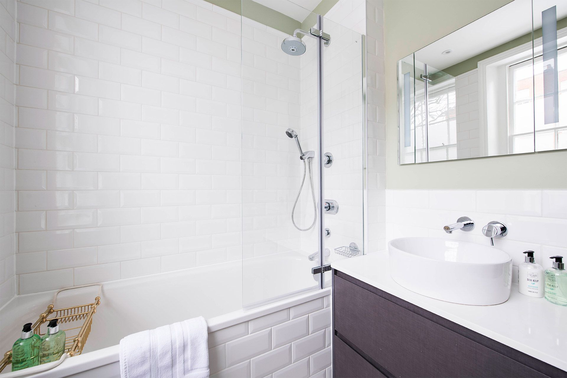 Bathtub with fixed and flexible shower heads in the Victoria vacation rental offered by London Perfect