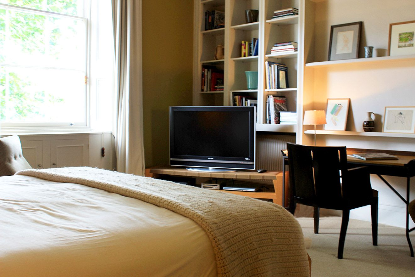 Wonderful first bedroom with a desk, TV and bookshelf in the Belgravia vacation rental offered by London Perfect