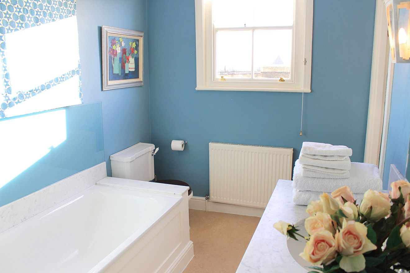 Bright bathroom of the Cavendish vacation rental offered by London Perfect