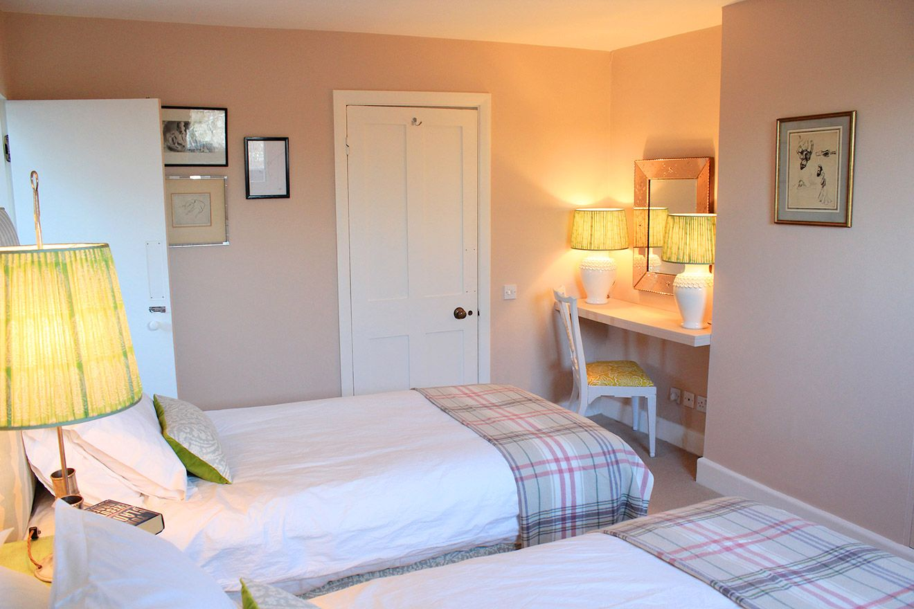 Lovely twin bedroom with corner writing area in the Cavendish vacation rental offered by London Perfect