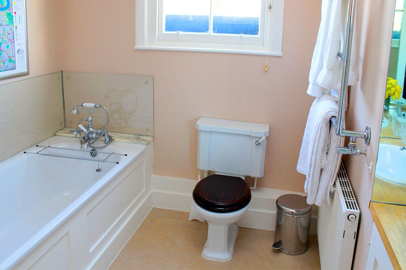 En suite bathroom with bathtub, toilet and sink in the Cavendish vacation rental offered by London Perfect