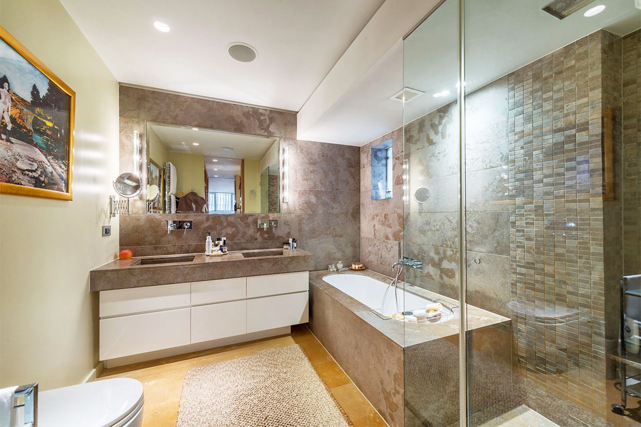 High-end finishes in the ensuite bathroom of the Attlee vacation rental offered by London Perfect
