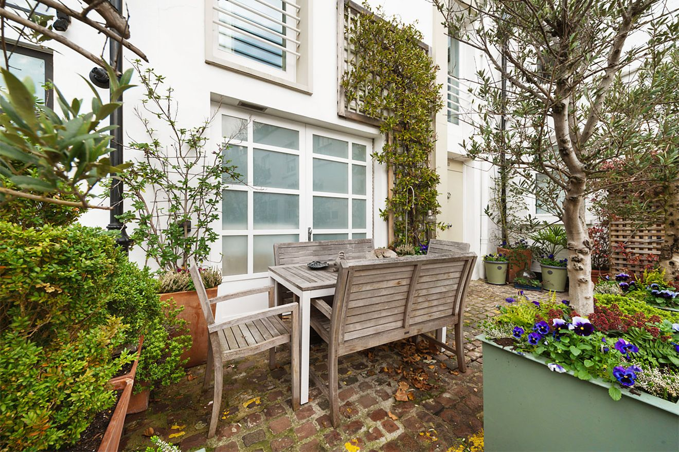 Charming garden with a dining area in the Attlee vacation rental offered by London Perfect