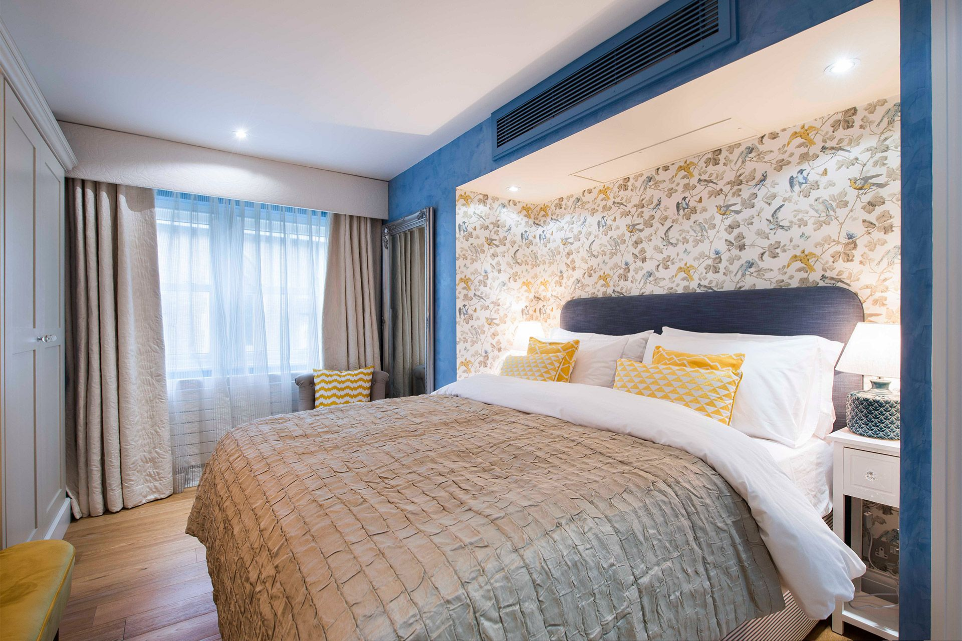 Comfortable king size bed in the Eldon vacation rental offered by London Perfect