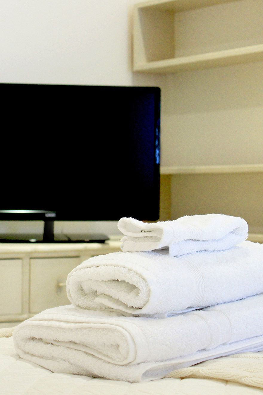 Fluffy towels and flat screen TV in the Middleton vacation rental offered by London Perfect