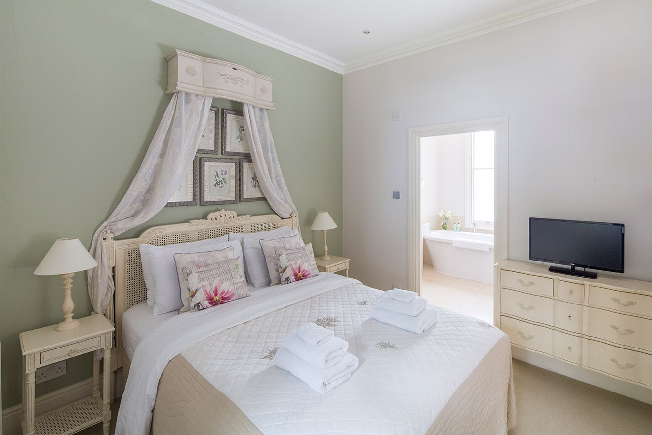 First bedroom with queen bed in the Middleton vacation rental offered by London Perfect