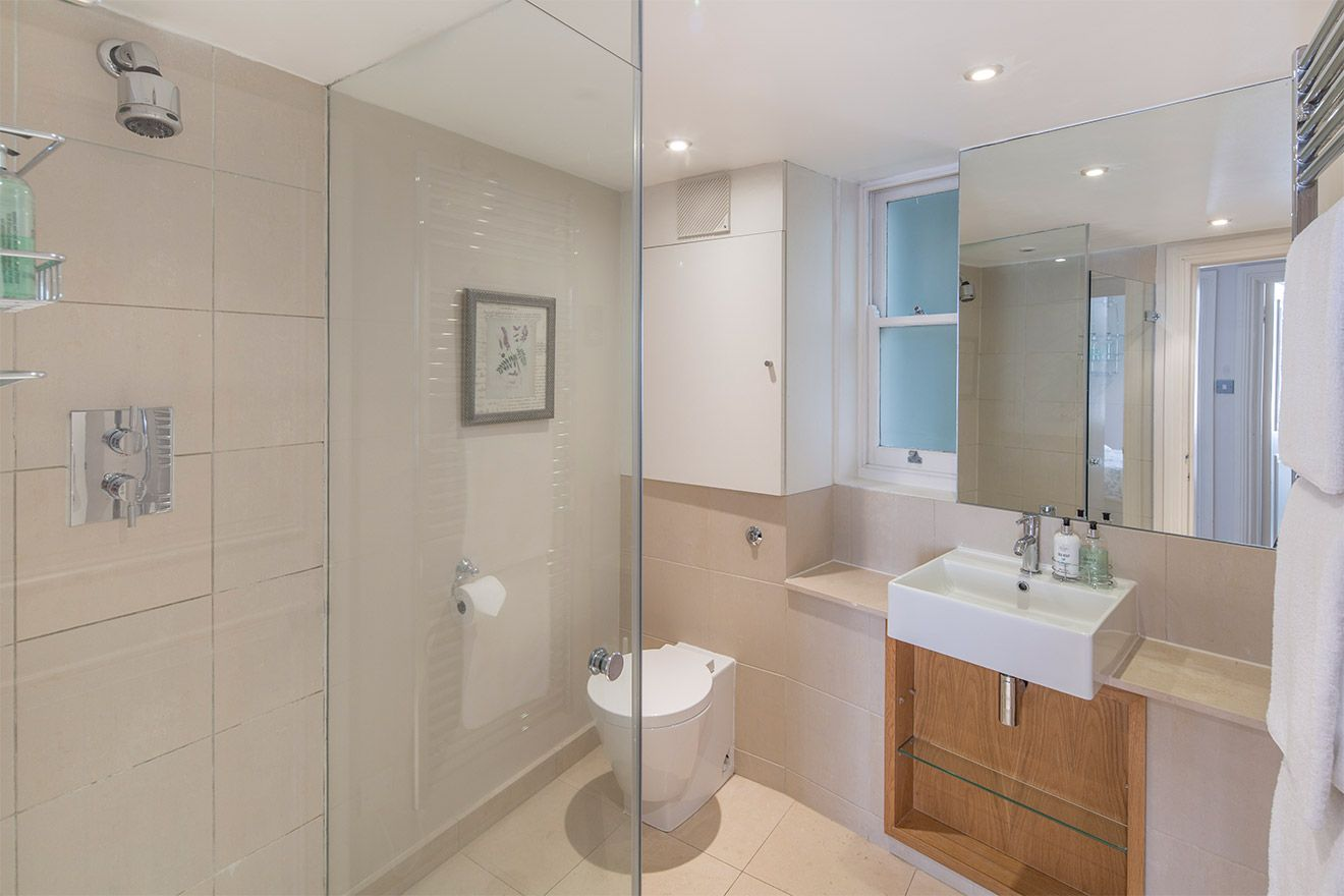 Second bathroom with shower, toilet and sink in the Middleton vacation rental offered by London Perfect