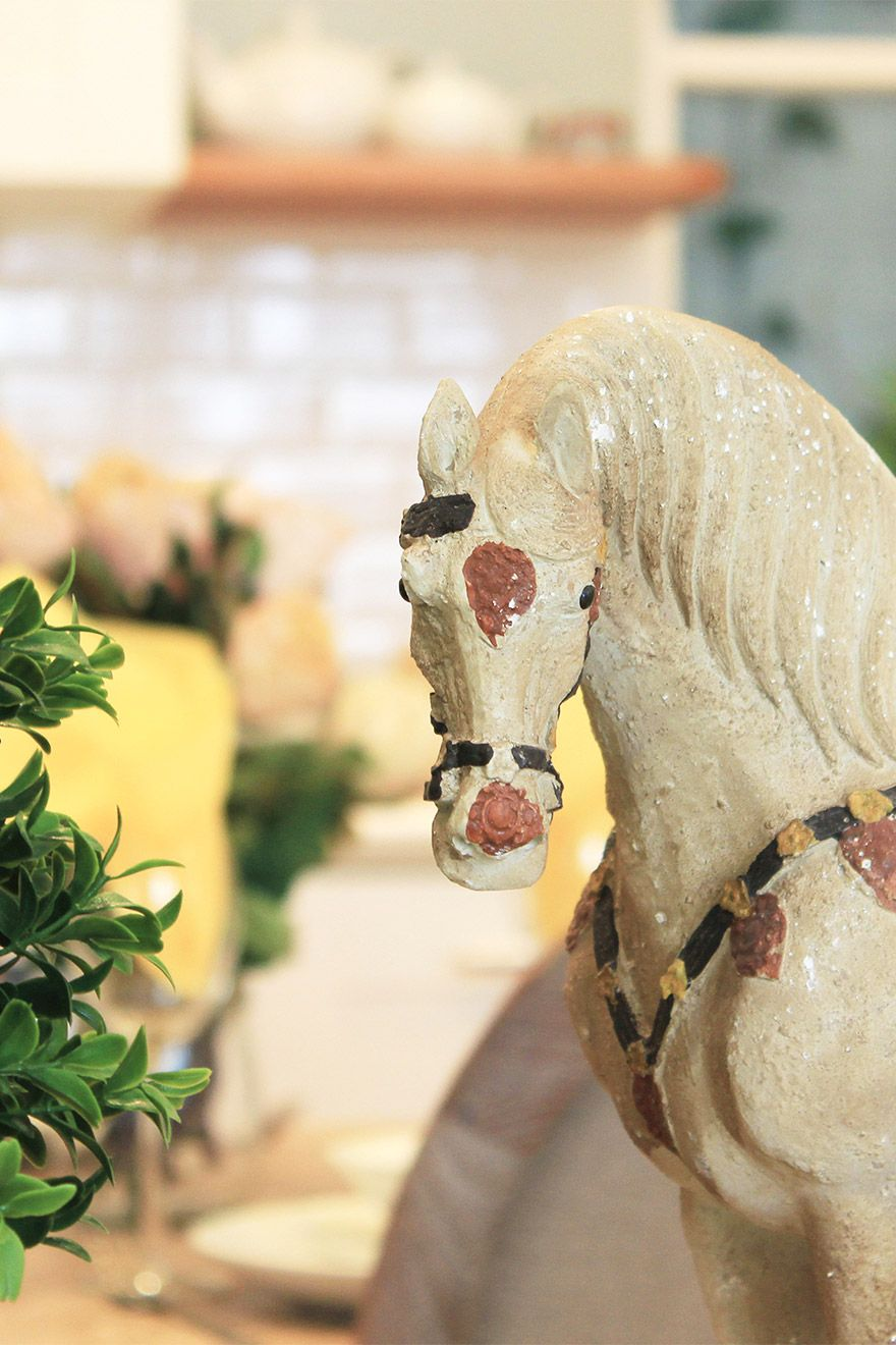 Elegant horse sculpture in the living room of the Middleton vacation rental offered by London Perfect