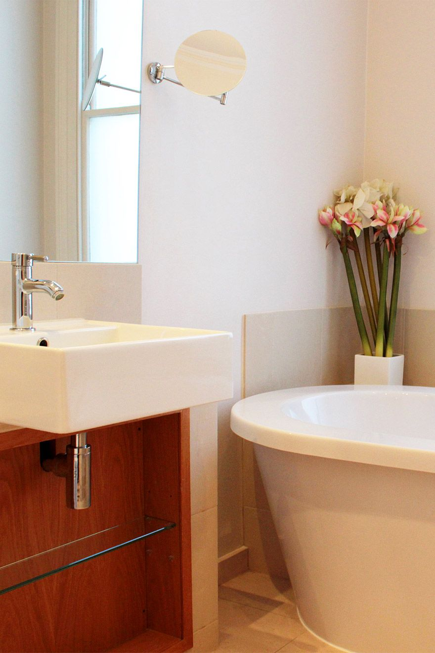 Beautiful sink and bathtub in the Middleton vacation rental offered by London Perfect