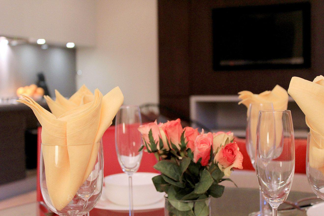 Romantic table for dinner in the Pelham vacation rental offered by London Perfect