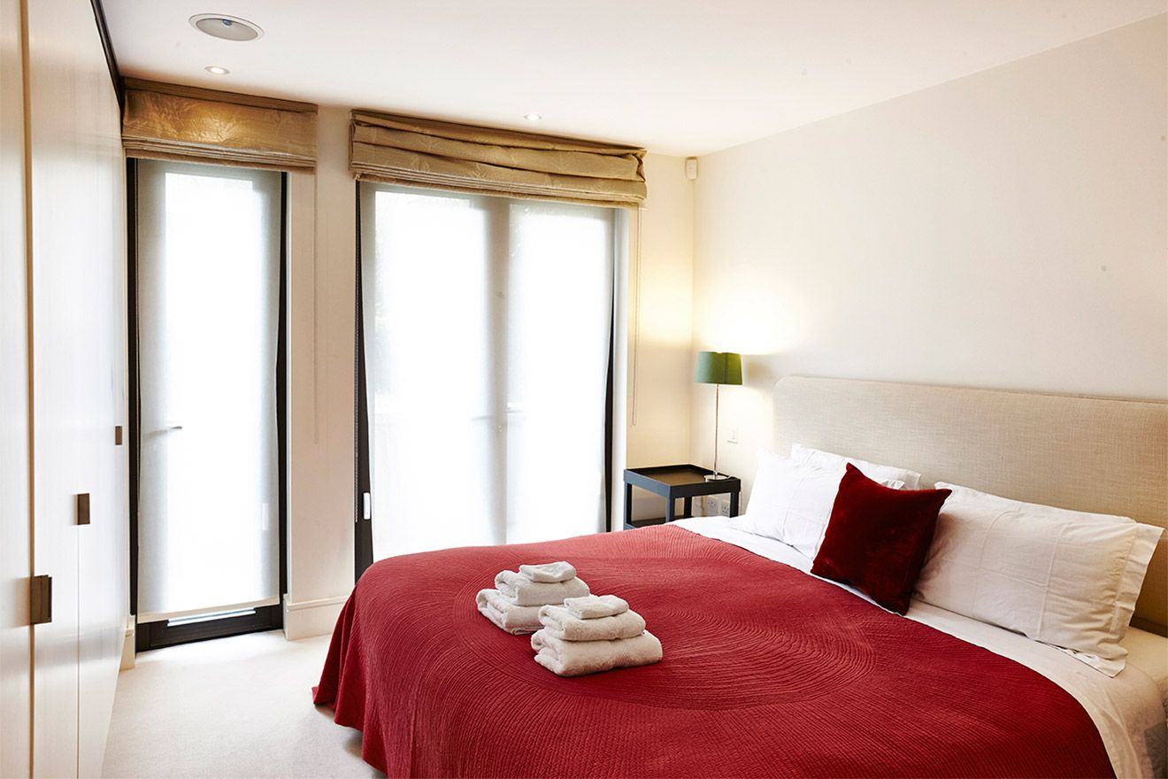 First bedroom with luxurious bed in the Pelham vacation rental offered by London Perfect