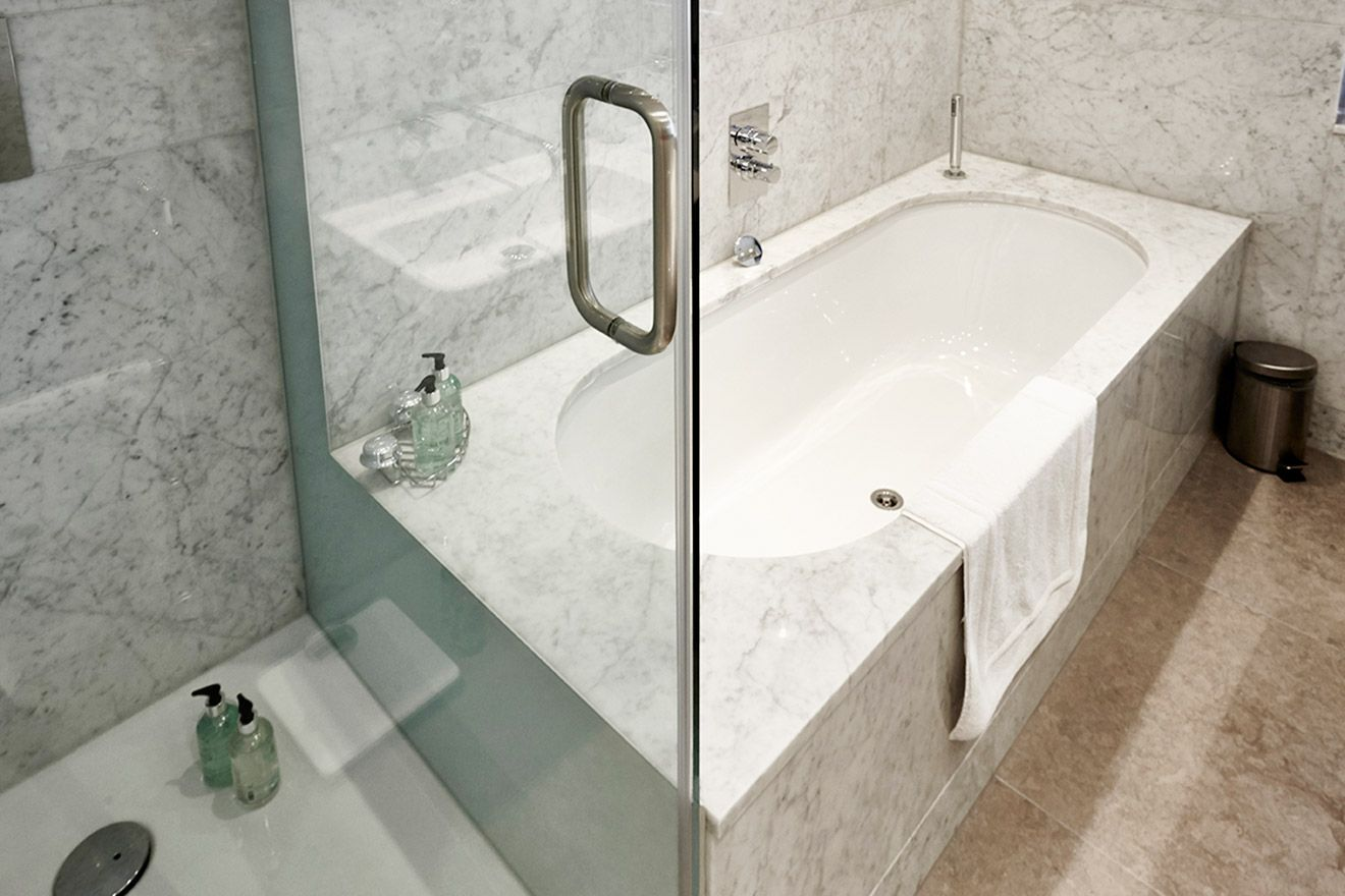 Bathtub and walk-in shower in the Pelham vacation rental offered by London Perfect