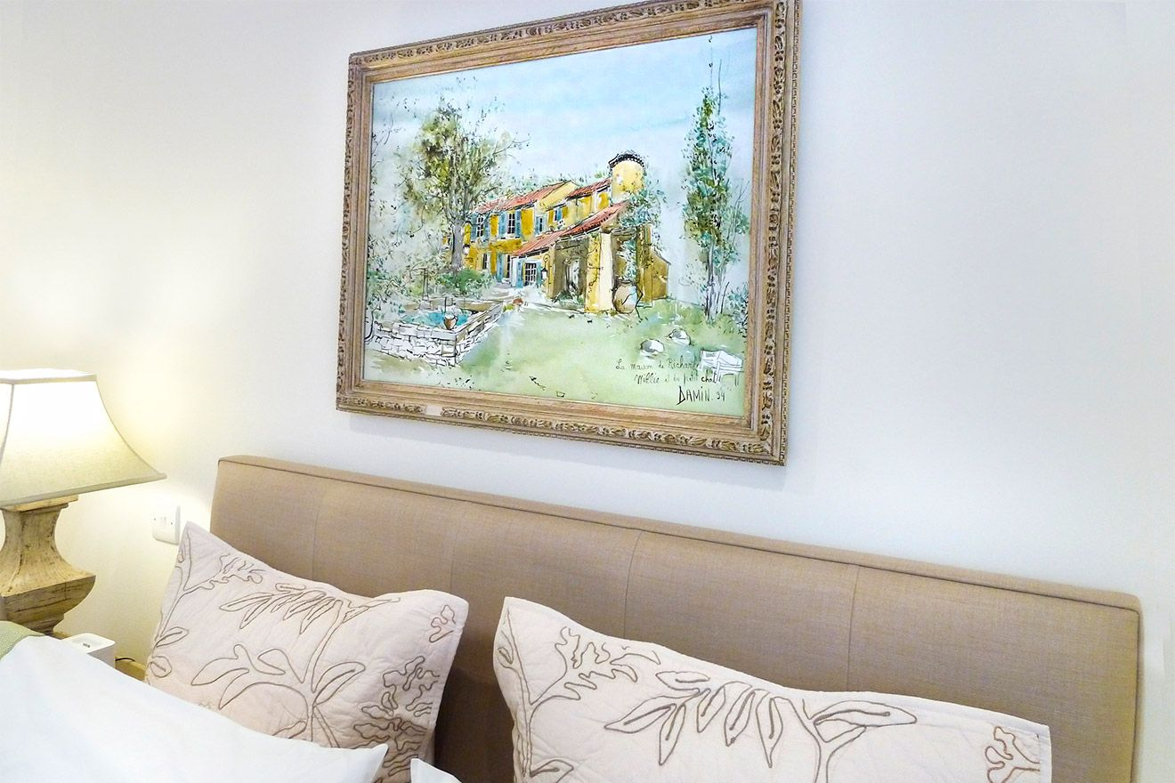 Picturesque painting above the bed