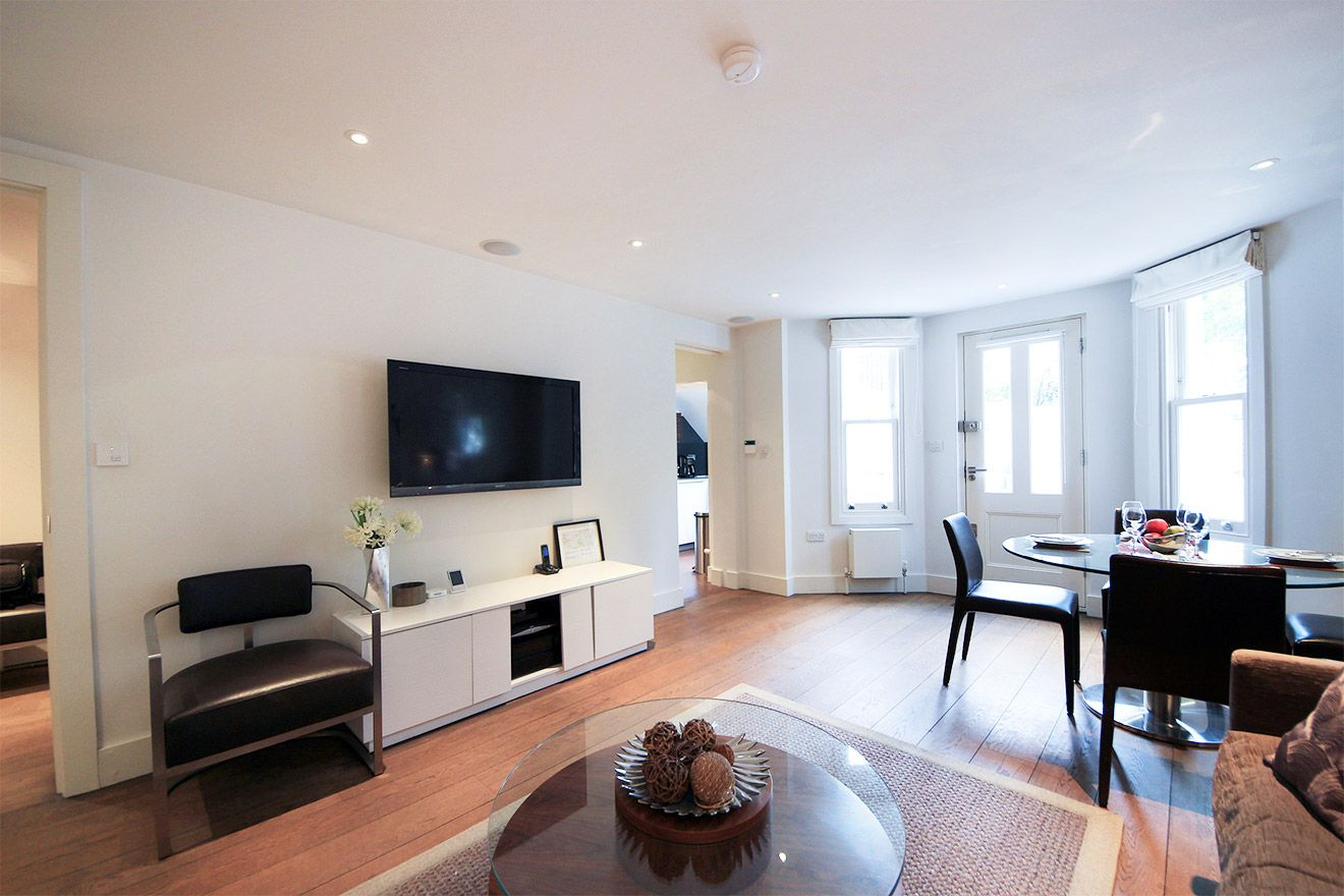 Large bay windows in the Gladstone vacation rental offered by London Perfect