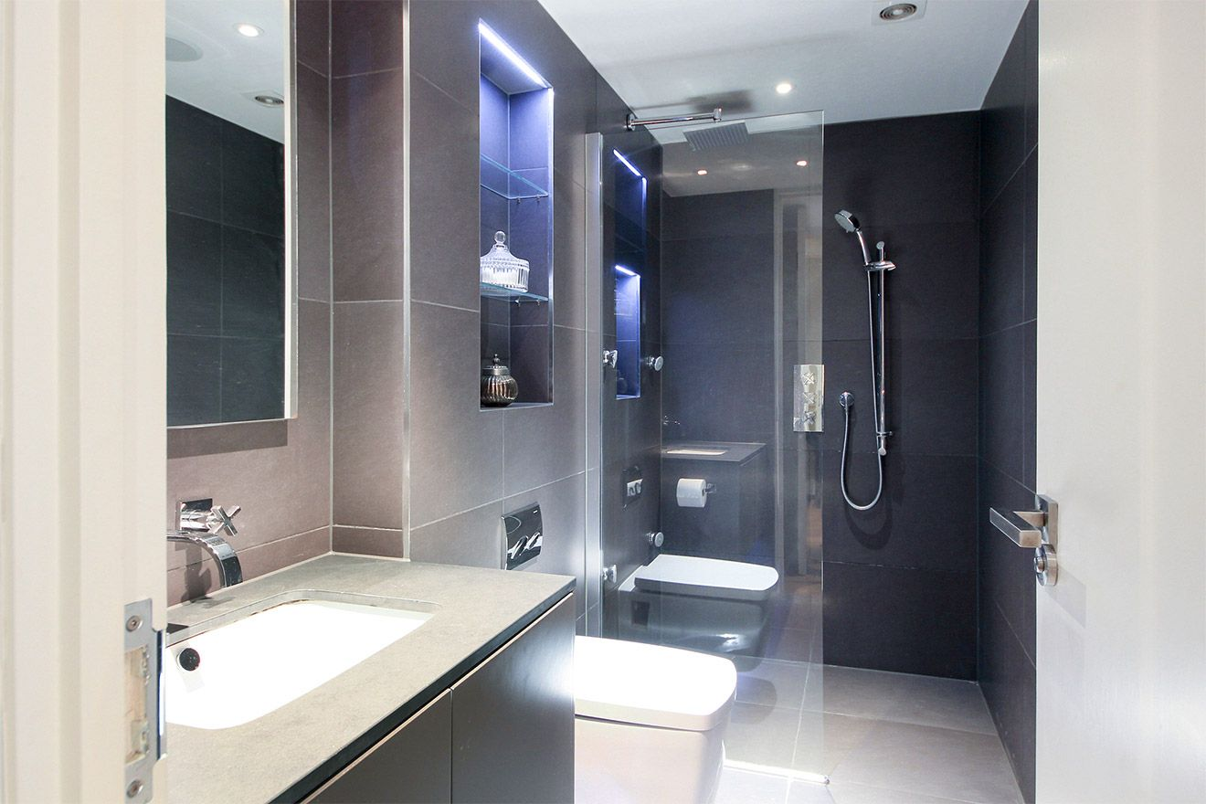 En suite bathroom with large walk-in shower in the Gladstone vacation rental offered by London Perfect