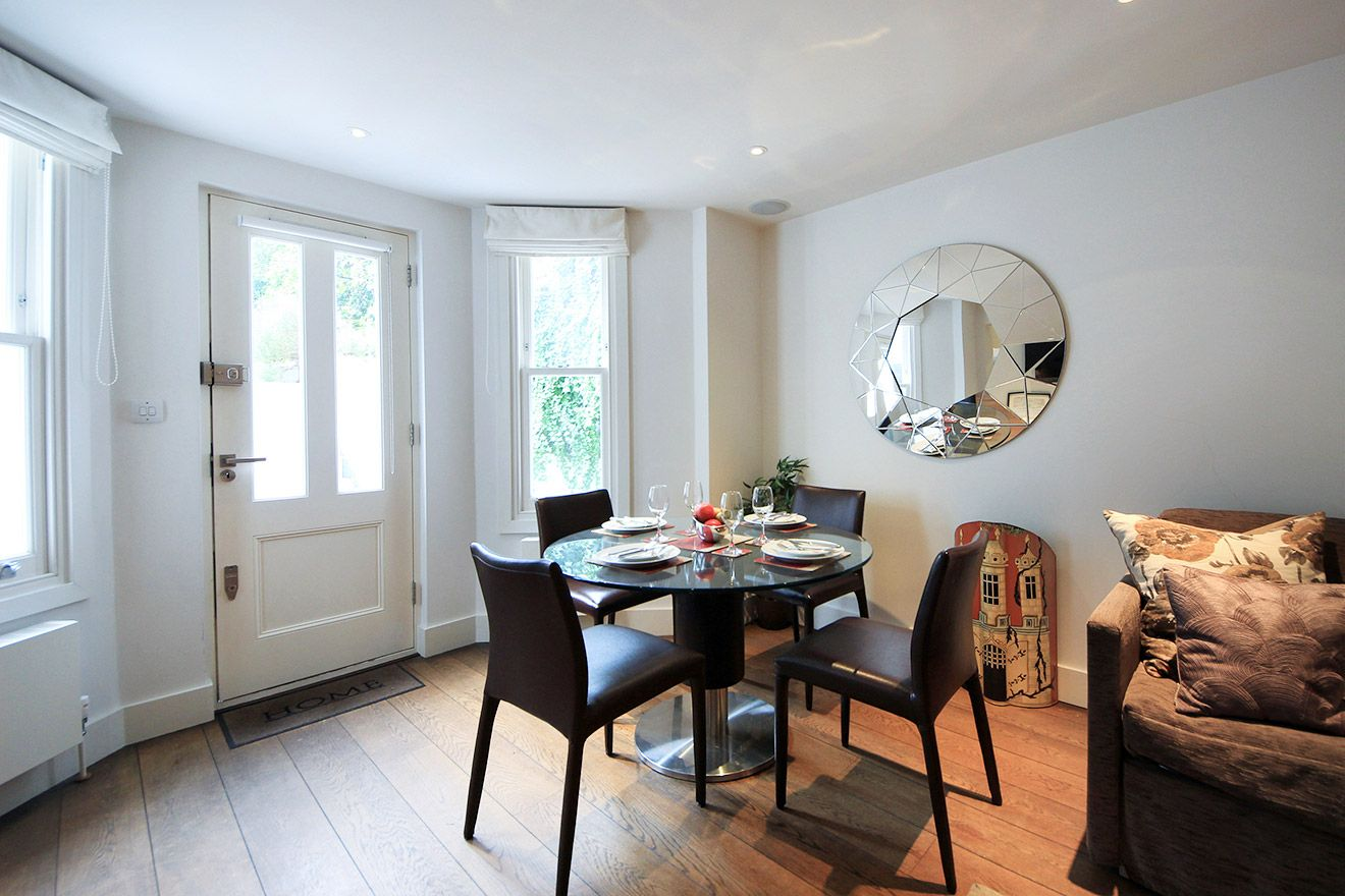 Lovely dining and living area of the Gladstone vacation rental offered by London Perfect