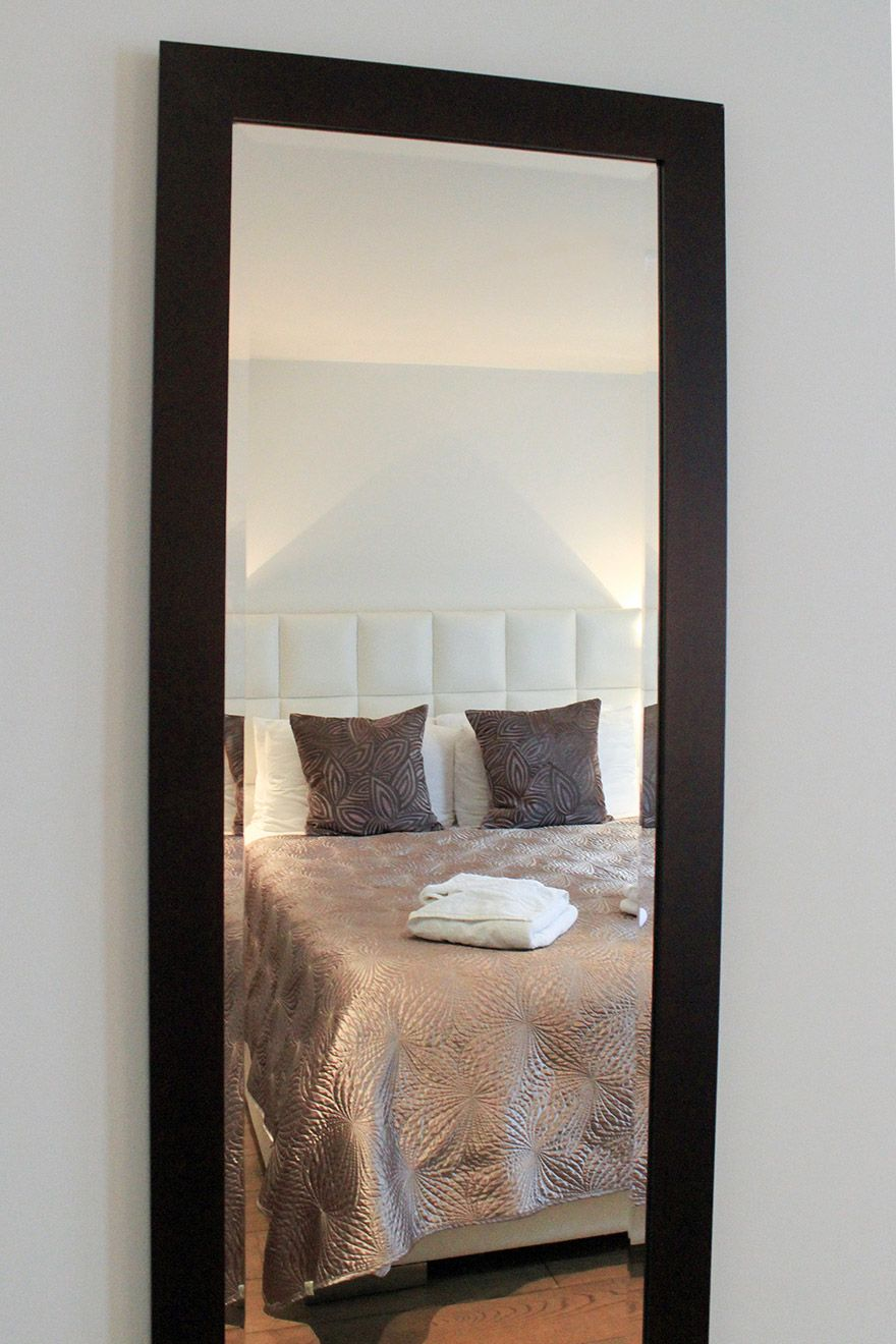 Long mirror in the first bedroom of the Gladstone vacation rental offered by London Perfect