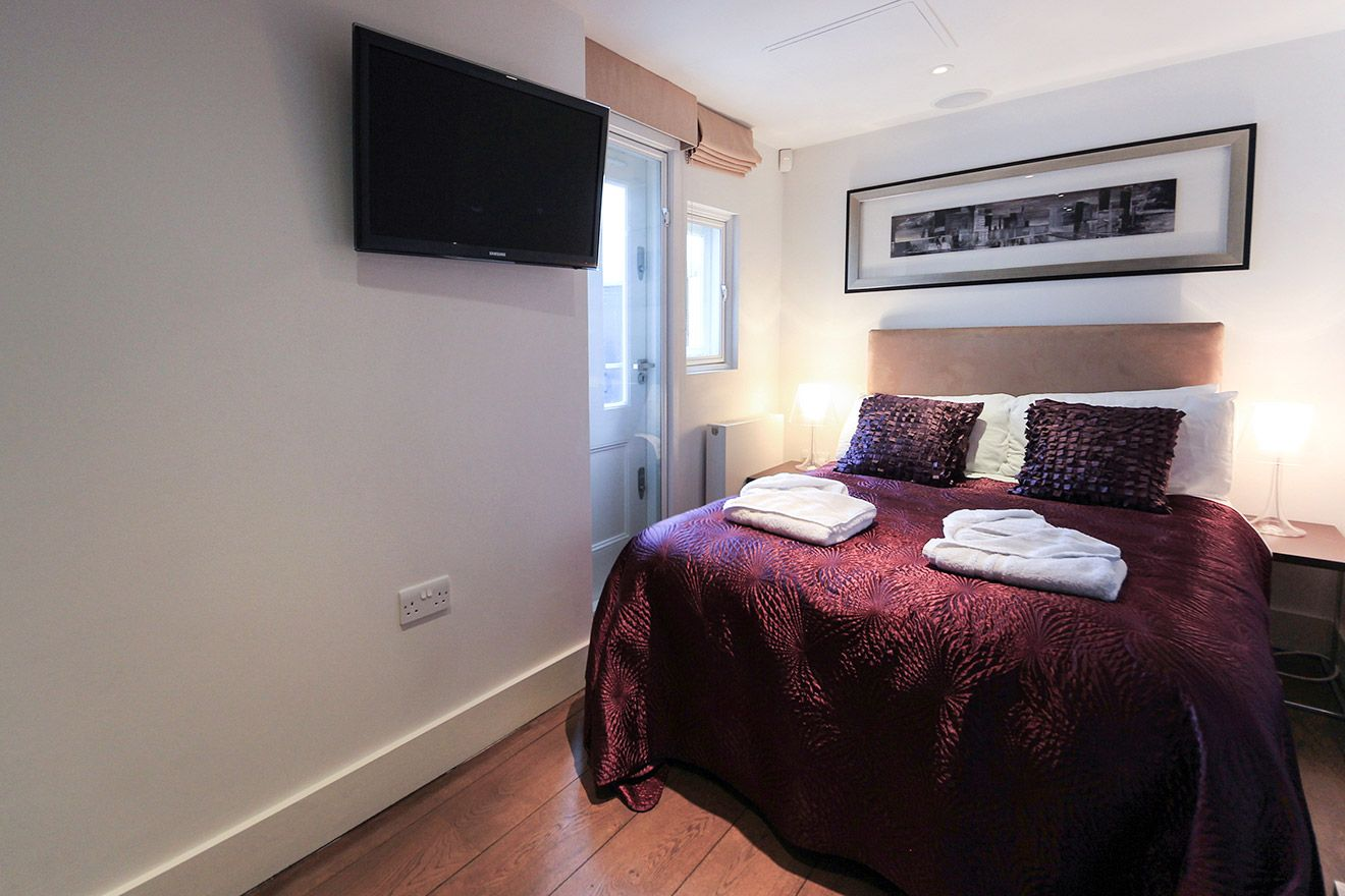 Second bedroom with small double bed in the Gladstone vacation rental offered by London Perfect